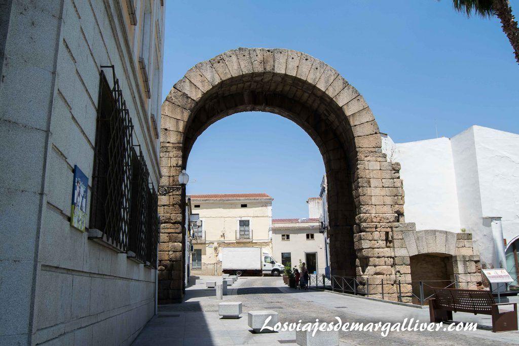 Arco de Trajano en Mérida - Los viajes de Margalliver